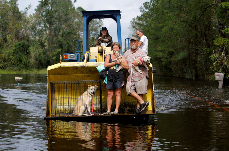 Image: A resident transports evacuees and their pets in the bucket of his tractor as the Northeast Cape Fear River breaks its banks during flooding after Hurricane Florence in Burgaw, North Carolina
