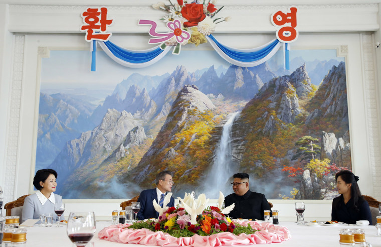 Image: South Korean President Moon Jae-in and North Korean leader Kim Jong Un attend a lunch at the Okryugwan restaurant