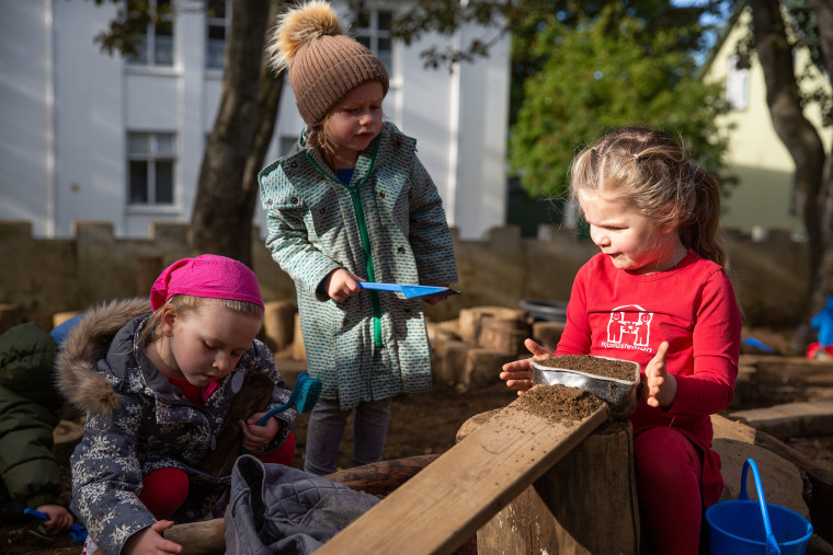 Image: Girls playing outside at the Laufasborg kindergarten