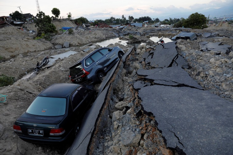 Image: Cars trapped in sinking ground after the earthquake