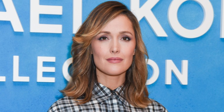 Rose Byrne looks so different with blond hair!
