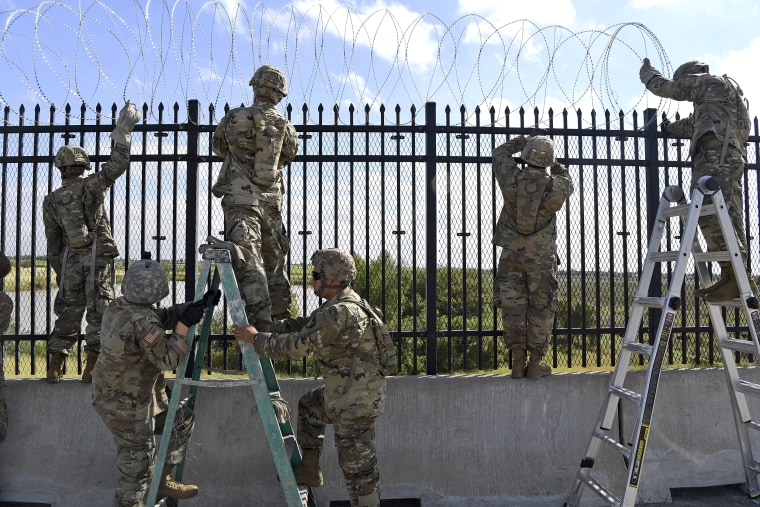 Image: Soldiers install barbwire for Anzalduas International Bridge