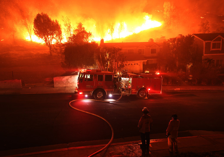 Image: Fast-Spreading Hill and Woolsey Fires Force Evacuations In California's Ventura County