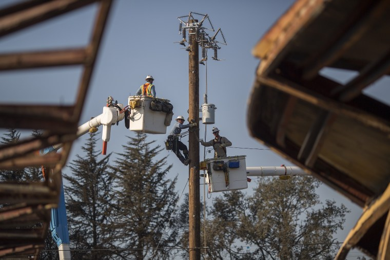 Image: Pacific Gas and Electric Company crews