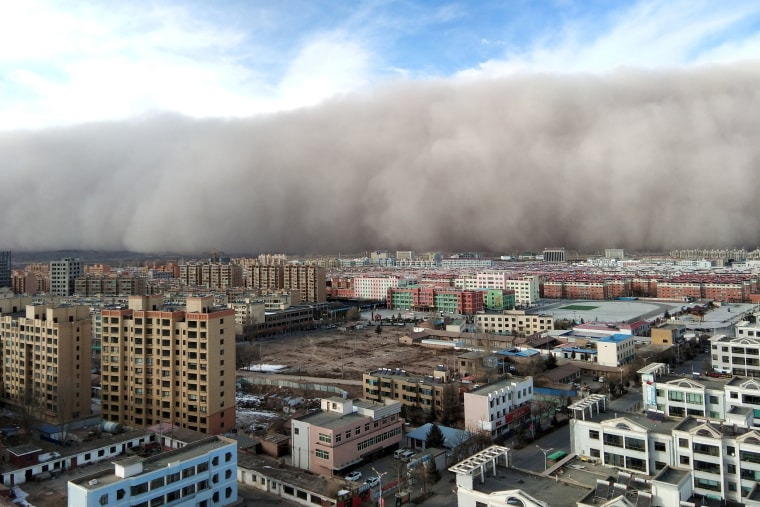 Image: Sandstorm hits the city of Zhangye