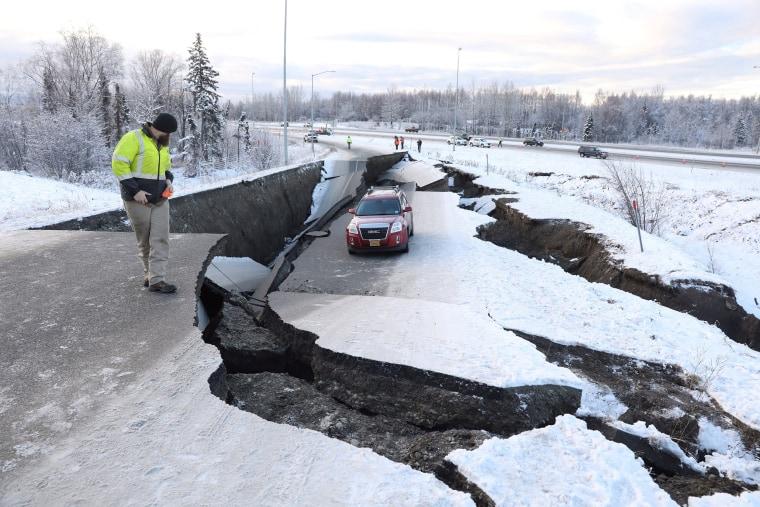 Imagen: un vehículo varado se encuentra en un camino colapsado cerca del aeropuerto después de un terremoto en Anchorage