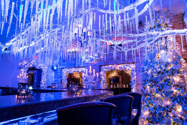 Cava Restaurant S Holiday Christmas Decorations Are Absolutely Insane