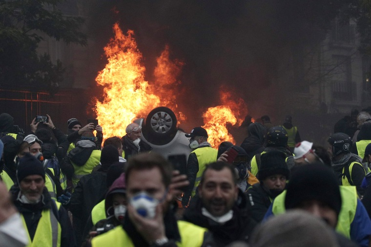 Image: Yellow vests protest against fuel prices in Paris