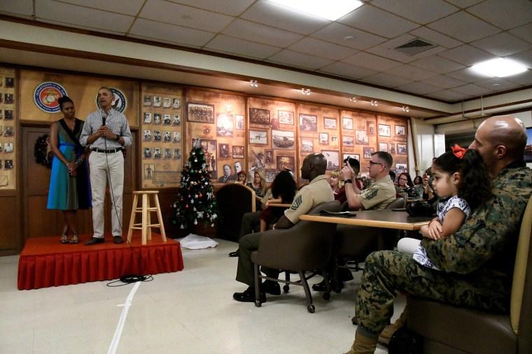 图片:总统巴拉克奥巴马和米歇尔奥巴马于2016年圣诞节那天在夏威夷海军陆战队基地与美国海军陆战队和人员交谈。