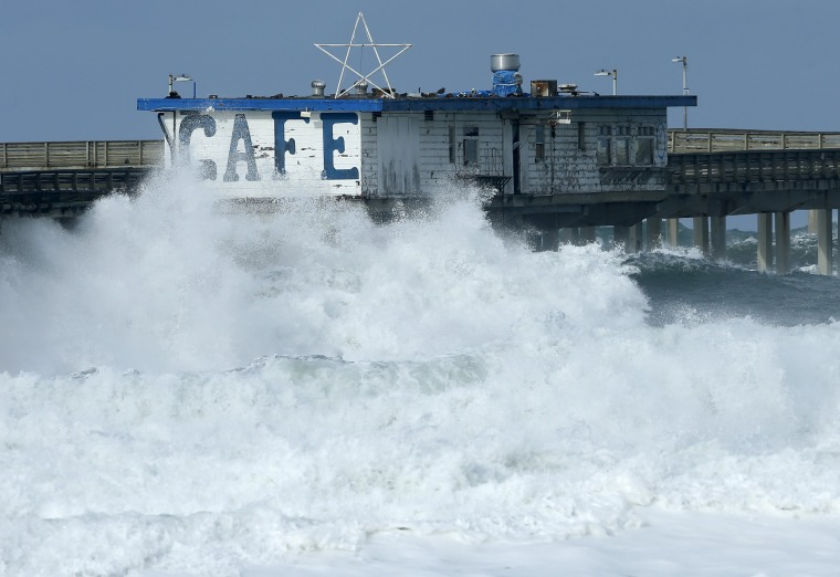 Image: A cafe sits on a pedestrian pier closed by authorities due to high surf from an El Nino-strengthened storm in Ocean Beach