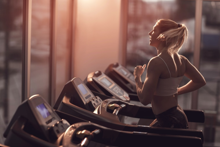 Image: Woman jogging on a treadmill
