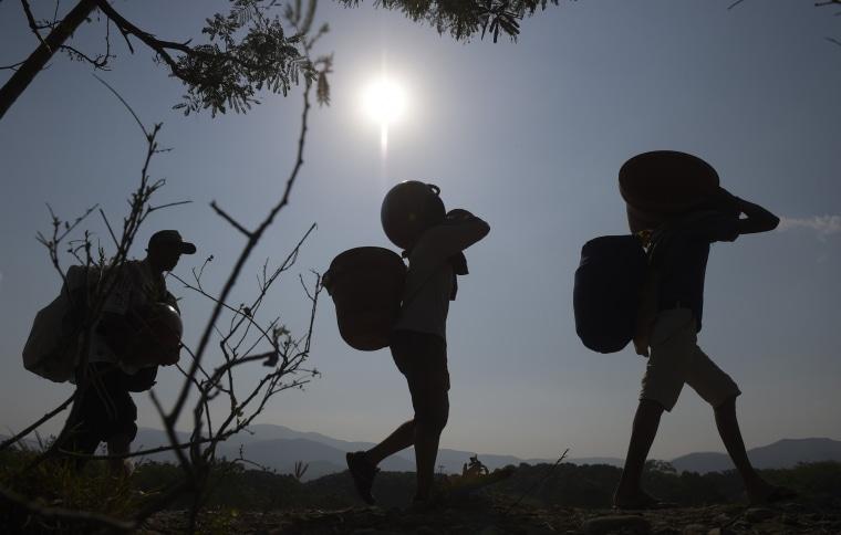 Image: COLOMBIA-VENEZUELA-CRISIS-BORDER-SCRAP MERCHANTS