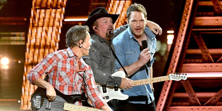 Chris Pratt sings with Garth Brooks