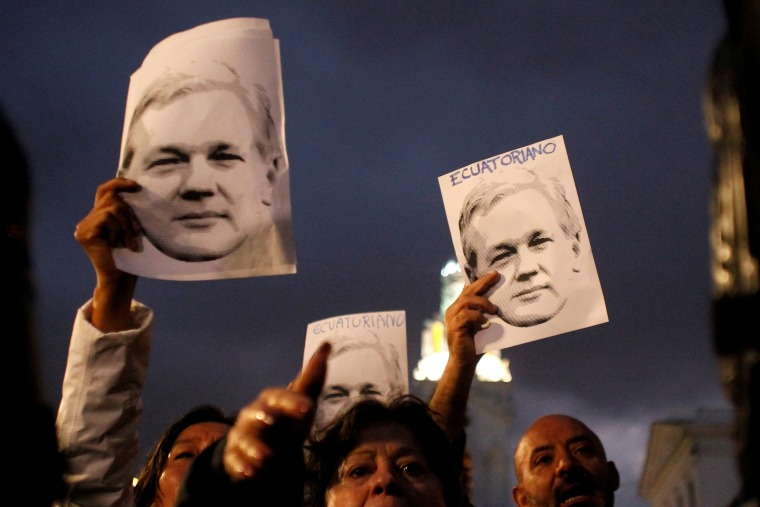 Image: FILE PHOTO: FILE PHOTO: Supporters of WikiLeaks founder Assange demonstrate in front of presidential palace regarding his Ecuadorian citizenship in Quito