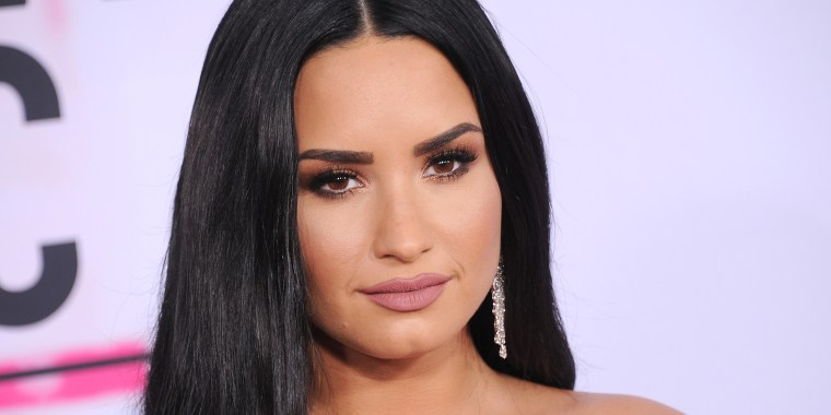 Demi Lovato, 2017 American Music Awards, red carpet, hair
