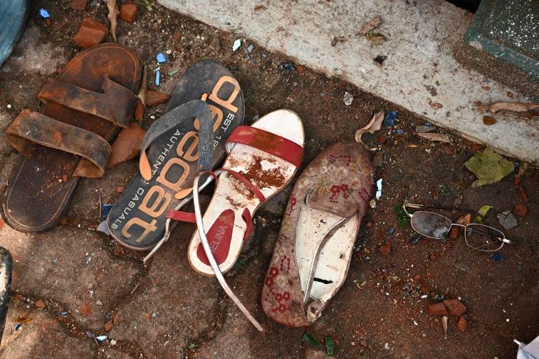Imagen: zapatos y pertenencias de las víctimas del atentado en la iglesia de San Sebastián en Negombo, Sri Lanka