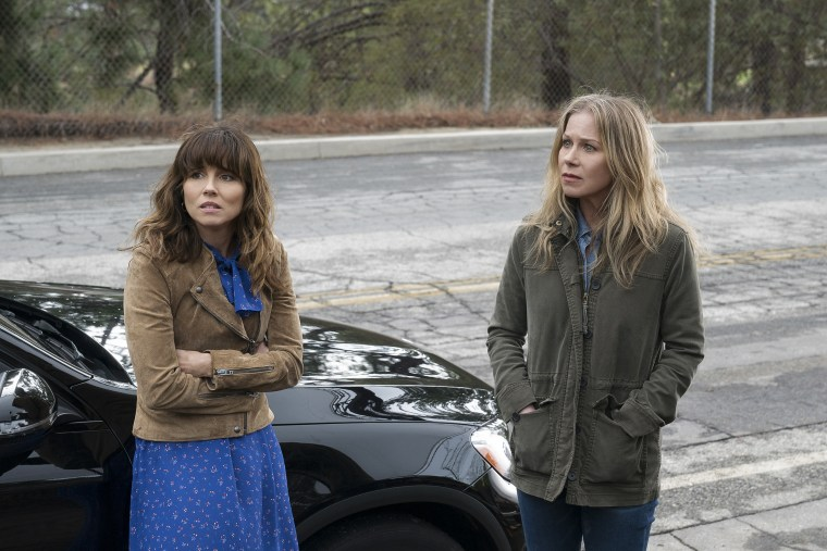 """Linda Cardellini and Christina Applegate in a scene from """"Dead To Me"""""""