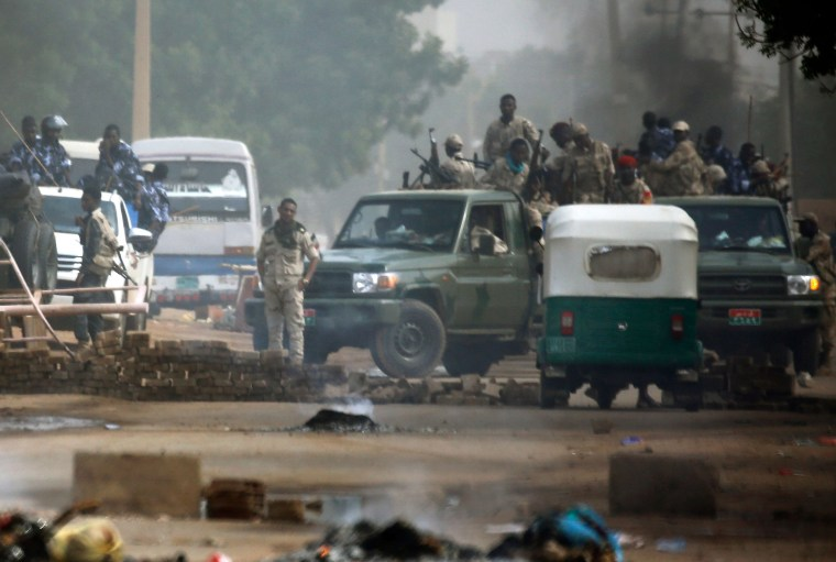 Image: Sudanese forces are deployed around Khartoum's army headquarters on June 3, 2019 as they try to disperse Khartoum's sit-in protest