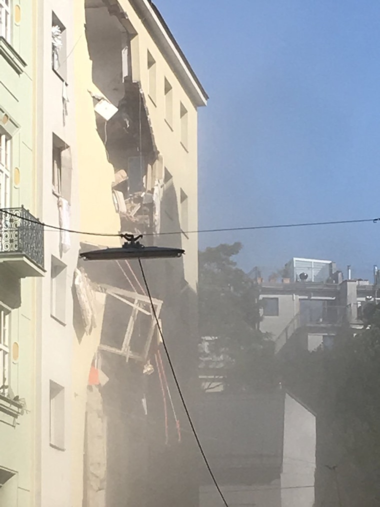 Image: partial building collapse in Vienna