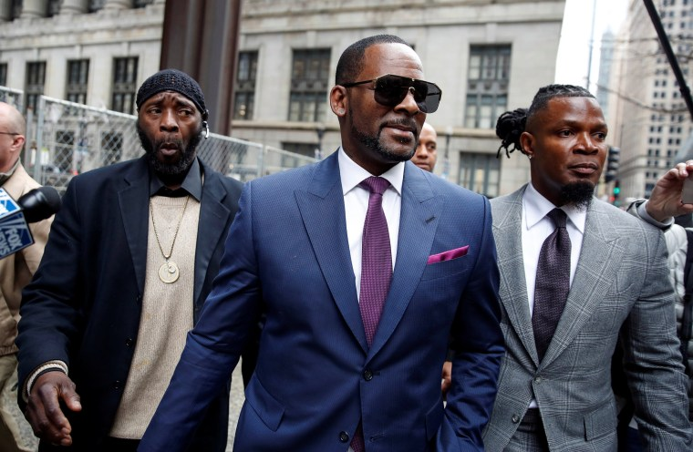 Image: Grammy-winning R&B star R. Kelly leaves a child support hearing in Chicago