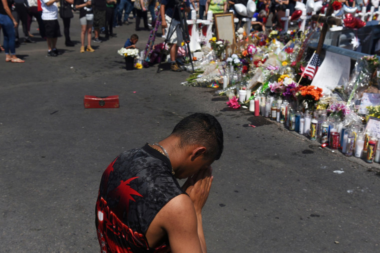 Image: People pay their respects three days after a mass shooting in El Paso