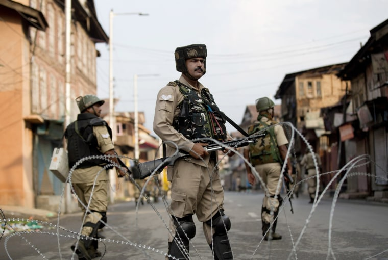 Image: Indian Paramilitary soldiers stand guard during curfew in Srinagar, Indian controlled Kashmir