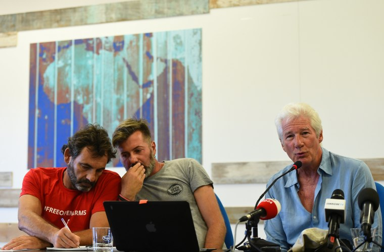 """Image: U.S. actor Richard Gere holds a news conference in support of an NGO ship \""""Open Arms\"""", which carries stranded migrants, in Lampedusa"""