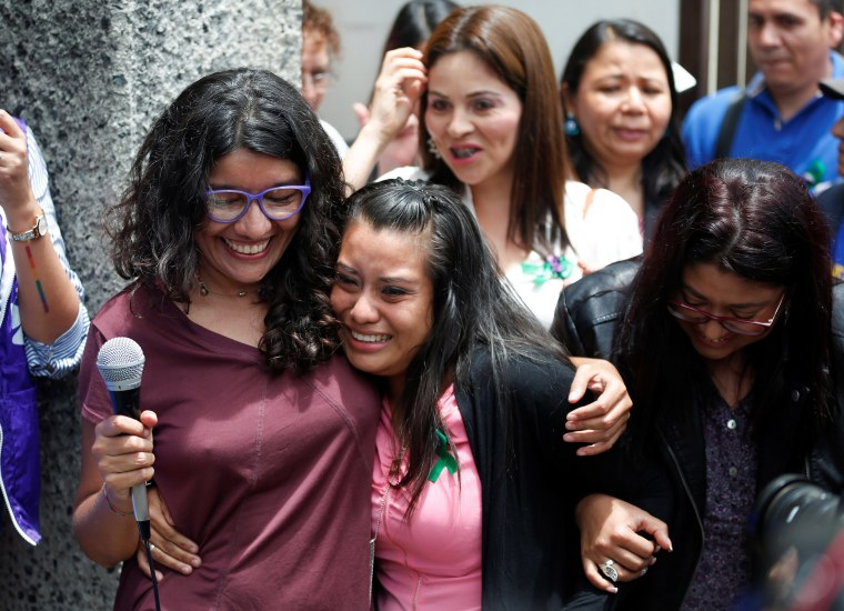 Image: Evelyn Hernandez, who was sentenced to 30 years in prison for a suspected abortion, attends a hearing in Ciudad Delgado