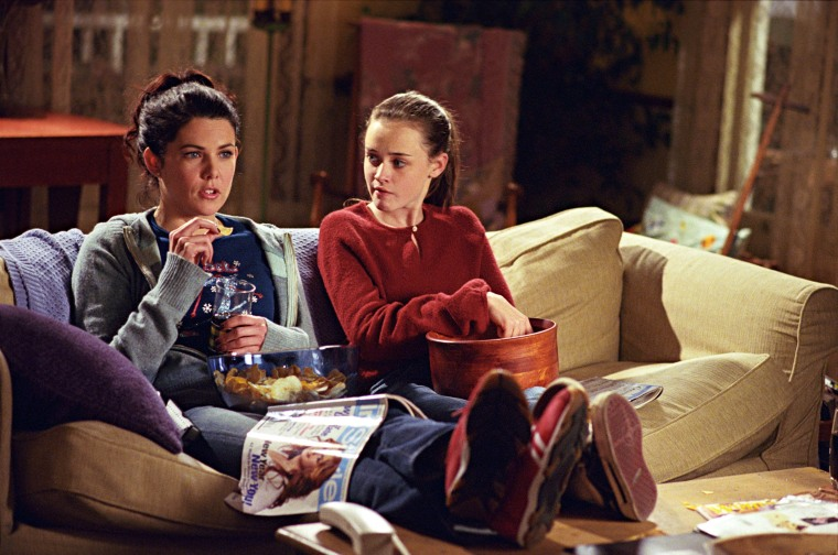 "Image: Studio Publicity Still from ""Gilmore Girls""Episode name: 'It Should've Been Lorelai'Lauren Graham, Alexis Bledel2002Photo credit: Ron Batzdorff File Reference # 307541332THA For Editorial Use Only -  All Rights Reserved"