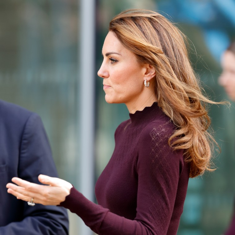 kate middleton s hair appears to have blond highlights at museum event hair appears to have blond highlights