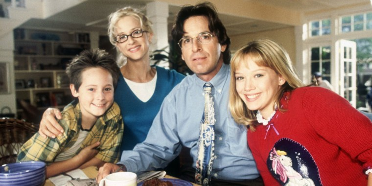 LIZZIE MCGUIRE, (from left): Jake Thomas, Hallie Todd, Robert Carradine, Hilary Duff, (Season 1), 20