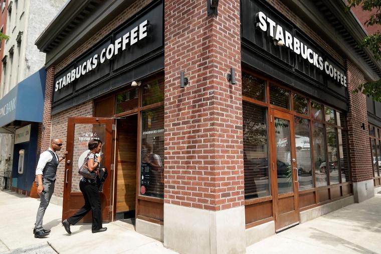 Image: Starbucks prepares to close to train staff to prevent racial discrimination in Philadelphia