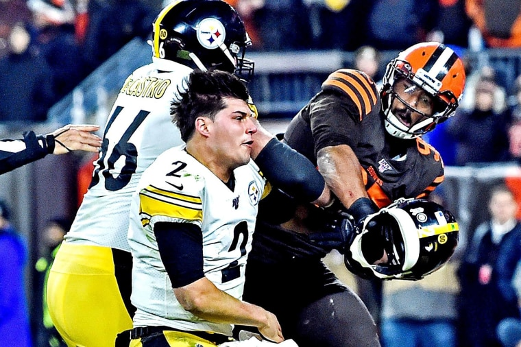 Image: Cleveland Browns defensive end Myles Garrett (95) hits Pittsburgh Steelers quarterback Mason Rudolph (2) with his own helmet during the fourth quarter at FirstEnergy Stadium.