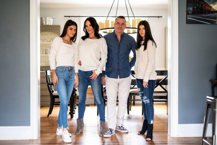 Изображение: Чарли Д'Амелио (справа) со своей сестрой Дикси и ее родителями Хайди и Марком.