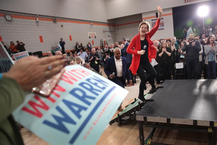 Image: Presidential Candidate Elizabeth Warren Campaigns In Eastern Iowa
