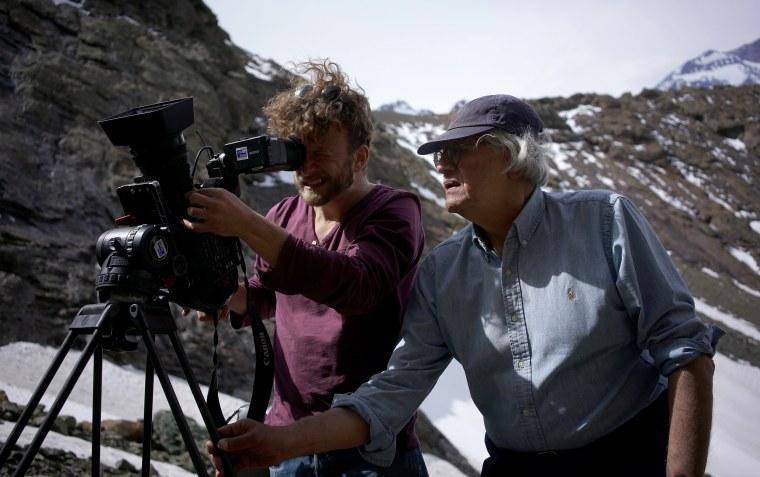 """Imagen: el cineasta Patricio Guzmán, a la derecha, filmando """"La Cordillera de los sueños""""."""