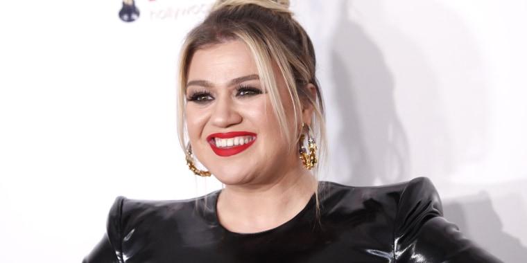 Kelly Clarkson 2020 Hollywood Beauty Awards, Kelly Clarkson latex dress, Kelly Clarkson Alex Perry dress