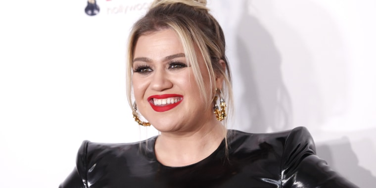 Kelly Clarkson 2020 Hollywood Beauty Awards, Kelly Clarkson latex dress, Kelly Clarkson Alex Perry dress