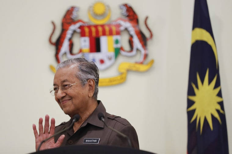 Image: Malaysian Prime Minister Mahathir Mohamad wave good bye to media after a press conference in Putrajaya