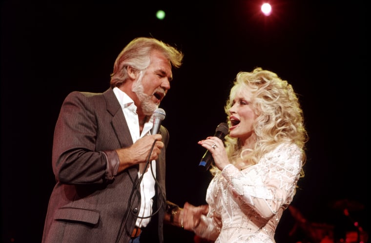 Image: DOLLY PARTON duets with Kenny Rogers in July 1989