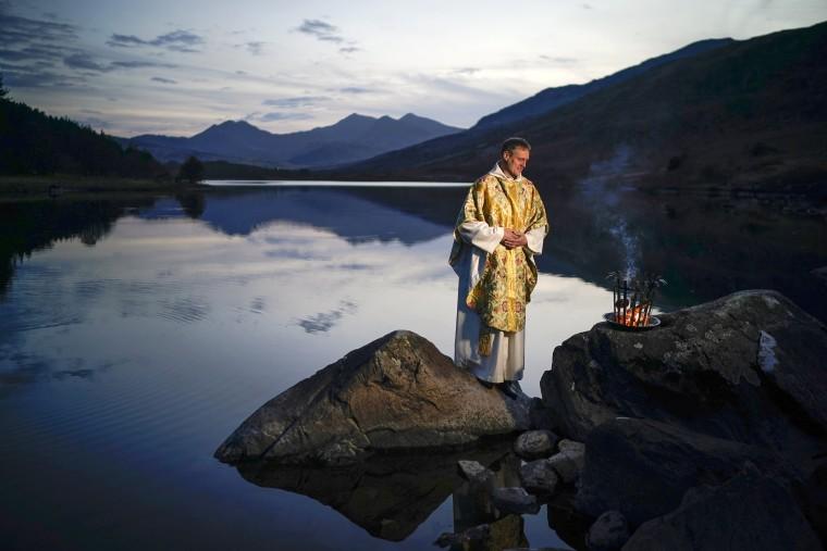 Image: Reverend Stuart Elliott Conducts Easter Service