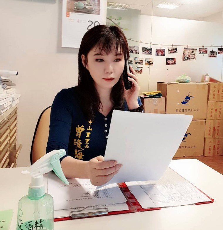 Image: Tseng Chiung-mei, a borough chief in Taipei, calls people in mandatory quarantine twice a day to make sure they are home and to check if they have symptoms.
