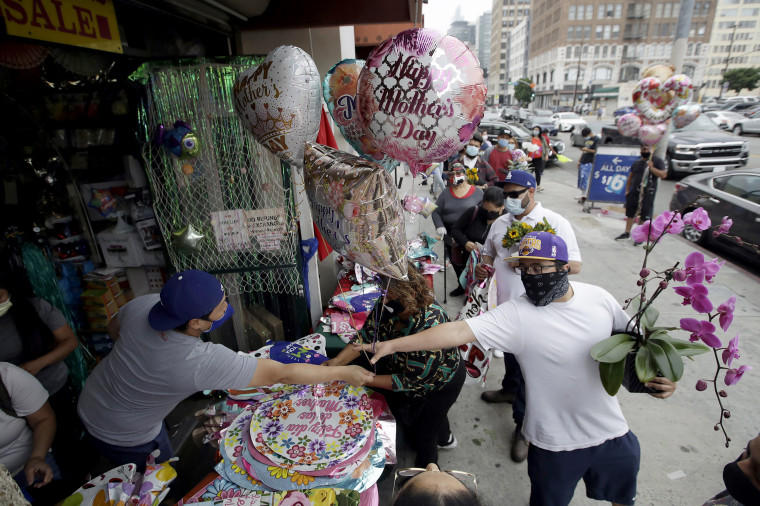 Image: Customers buy balloons and flowers for Mother's Day at the Los Angeles Flower Market on May 10, 2020.