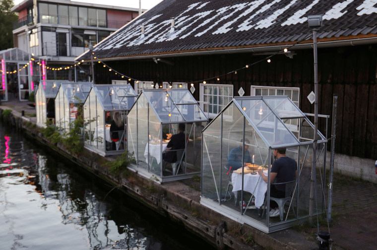 """Image: """"Quarantine greenhouses"""" are being tested in which guests can dine at a restaurant in Amsterdam"""