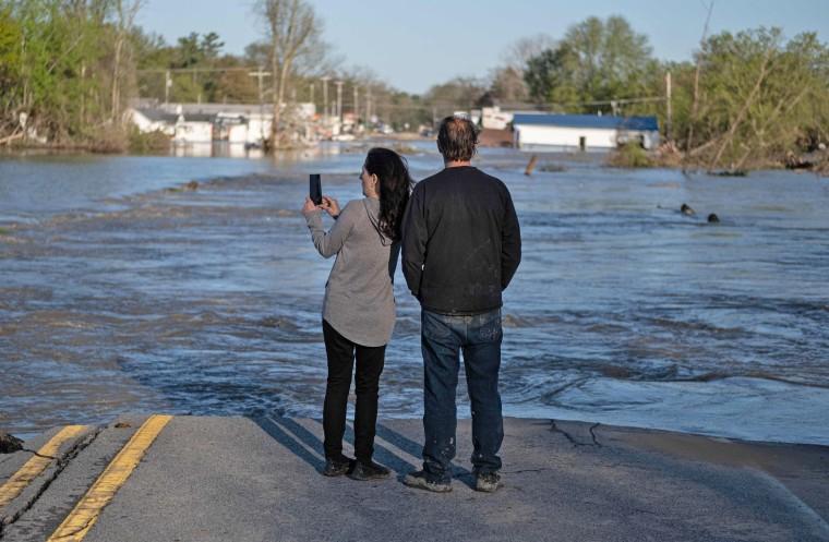 Image: TOPSHOT-US-FLOOD-DAM-MICHIGAN
