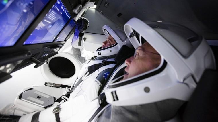 Астронавты НАСА Боб Бенкен (слева) и Даг Херли в капсуле Космического Дракона.