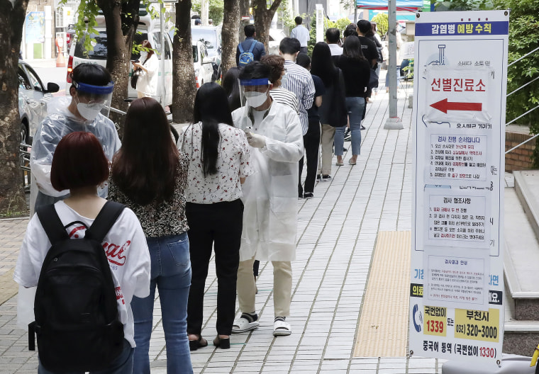 Image: People suspected of being infected with the new coronavirus wait to receive tests at a coronavirus screening station in Bucheon, South Korea,