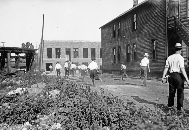 Моб бегает с кирпичами во время гонок в Чикаго в 1919 году