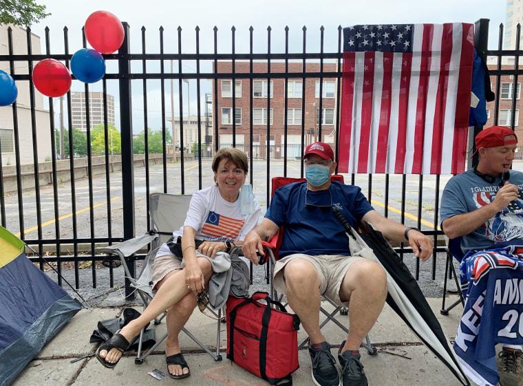 Мэри и Кен Леган стоят в очереди на субботний митинг президента Дональда Трампа в Талсе, штат Оклахома.
