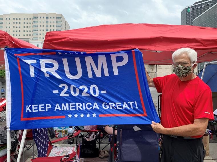 Дэвид Риникер в очереди на митинг президента Трампа в Талсе, штат Оклахома.